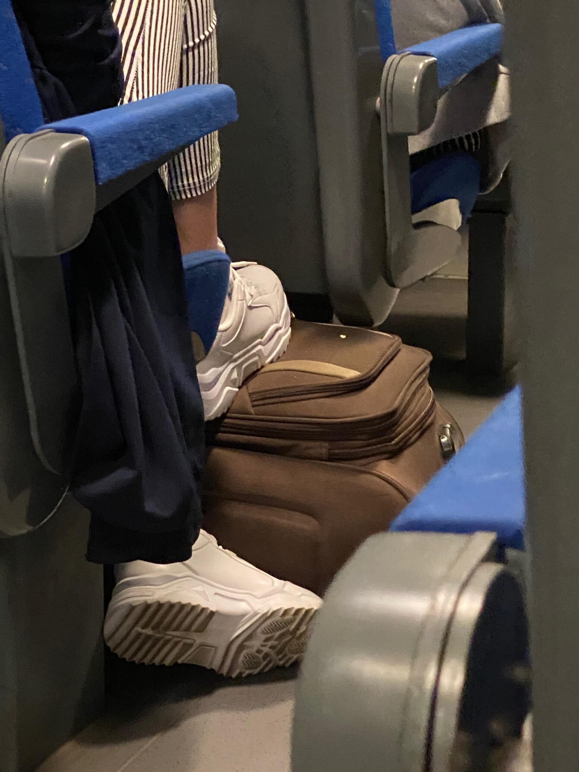 fata cu piciorul pe geanta